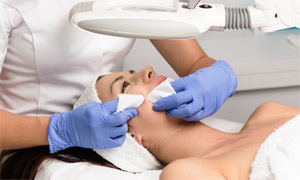 Toronto spa Classic facial treatment with extraction